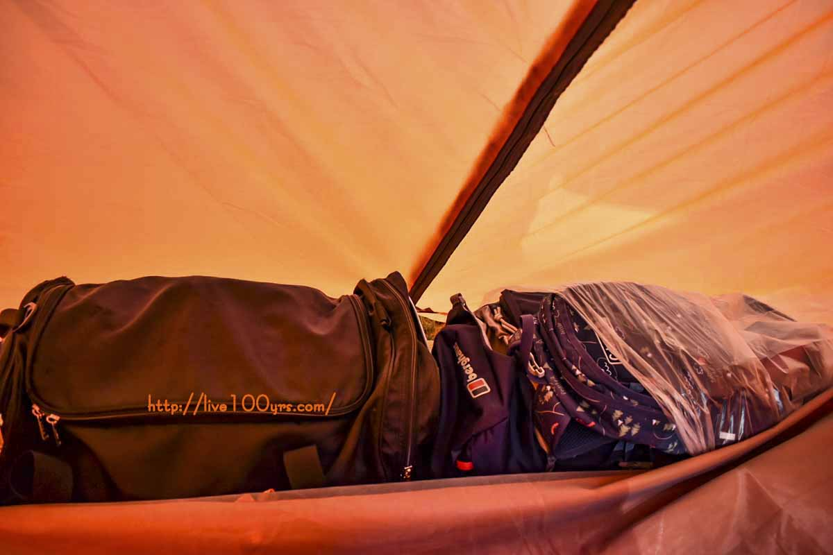中国製テントFLYTOPの後室は荷物が二つ置ける広さ