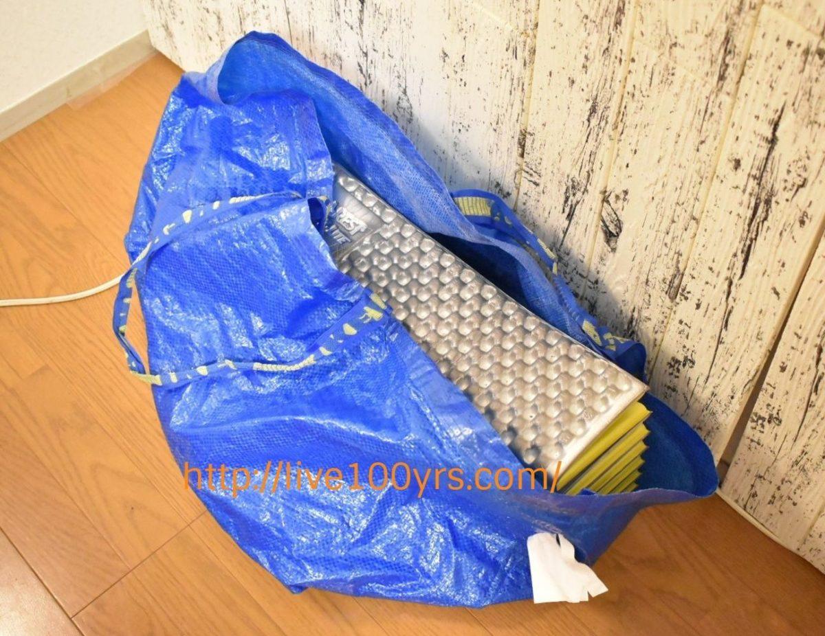 サーマレストZライトソルをIKEAの袋に入れて運搬します