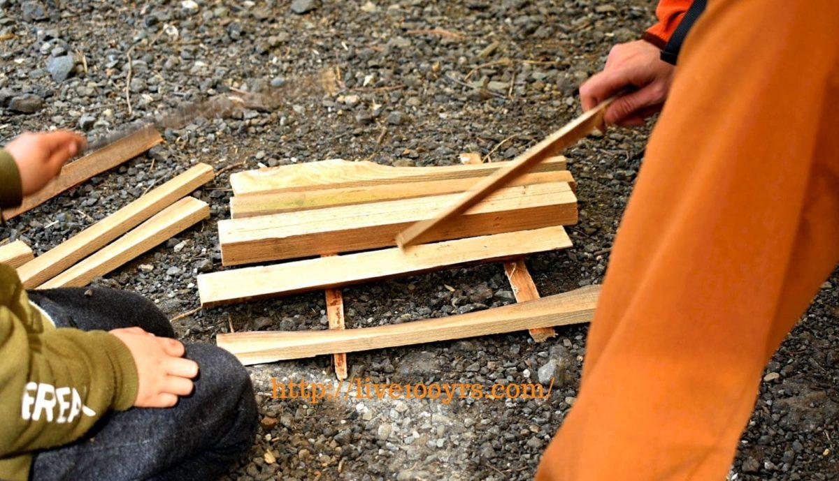キャンプで薪で木琴づくりのクラフト遊びをしました