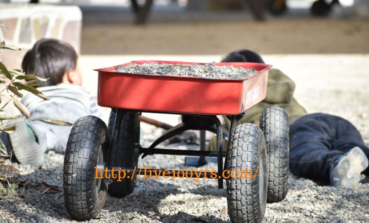 北本キャンプフィールドのキャンプ地で砂利遊び