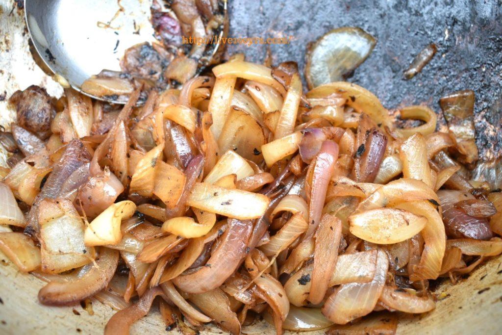 キャンプでカレー作り、たまねぎを炒めます