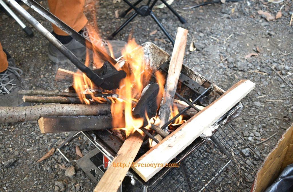 キャンプでカレー作りのための火おこし