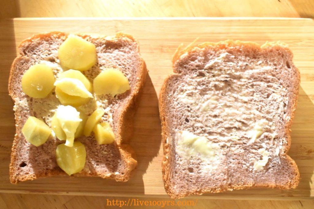 サツマイモの甘煮とバターのホットサンドレシピ、のせ方です