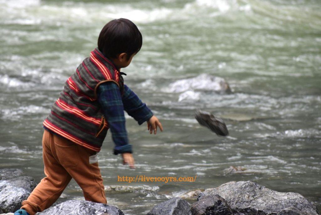 氷川キャンプ場で石を投げて川遊び