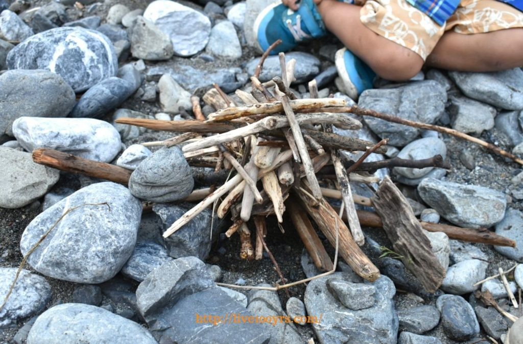 氷川キャンプ場で川遊び、流木を拾って遊びました