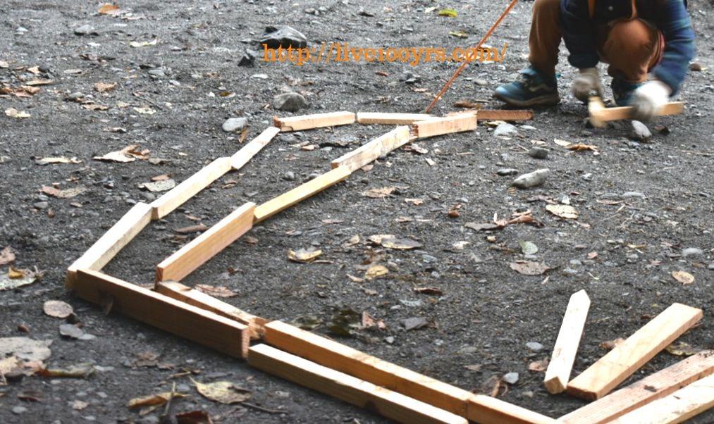 子供のキャンプ遊び。薪で線路づくり