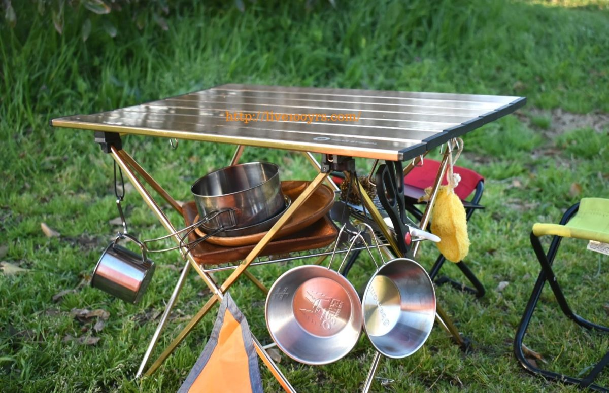 キャンプで活躍している軽量ミニテーブルです。