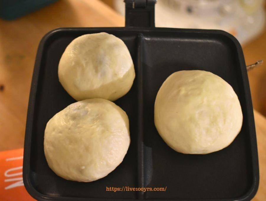 バウルーにパン生地を入れます