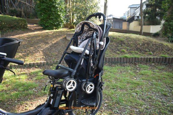 ベビーカーを自転車の後ろ乗せチャイルドシートに乗せます
