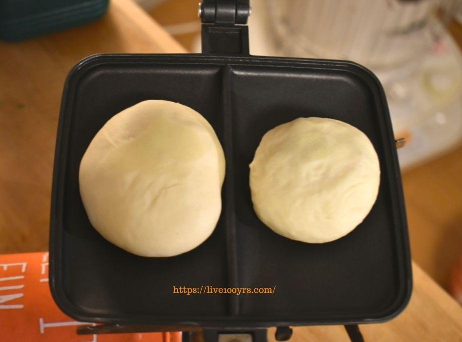 ホットサンドメーカーにパン生地を置きます