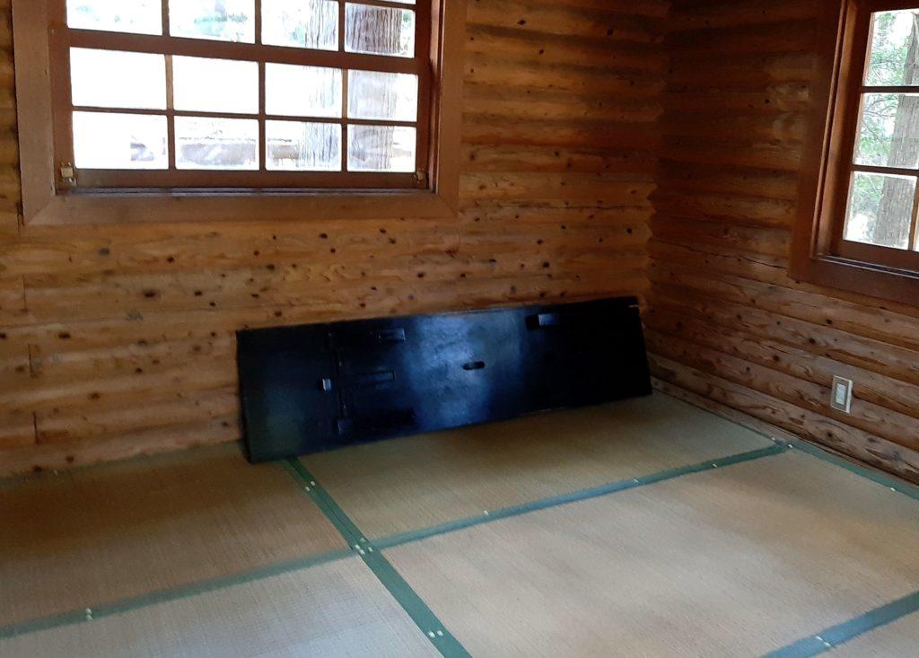 氷川キャンプ場のバンガローにはテーブルがあります