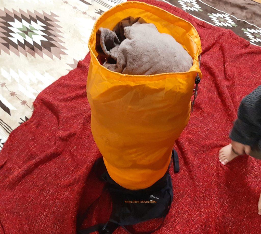 イスカのコンプレッションバッグに衣類を入れた状態