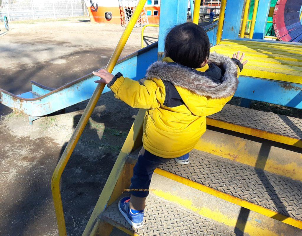 千葉県野田ポニー牧場内の遊具で遊ぶ1歳児