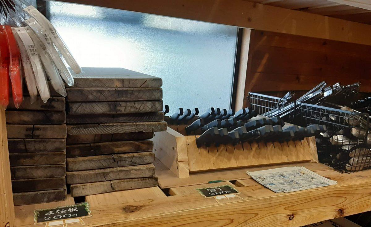 氷川キャンプ場のレンタル品のまな板やトング