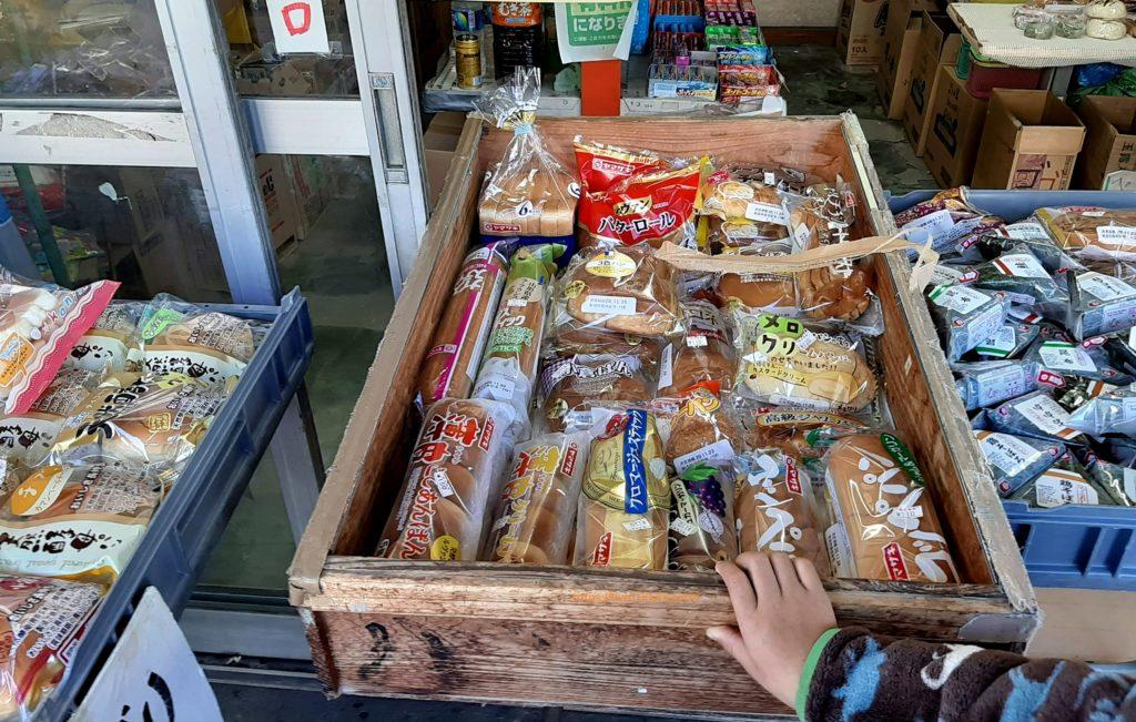 氷川キャンプ場周辺のみすず堂菓子店にはパンやおにぎりがありました