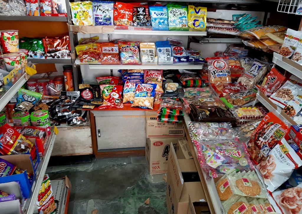 氷川キャンプ場の周辺 みすず堂菓子店の駄菓子
