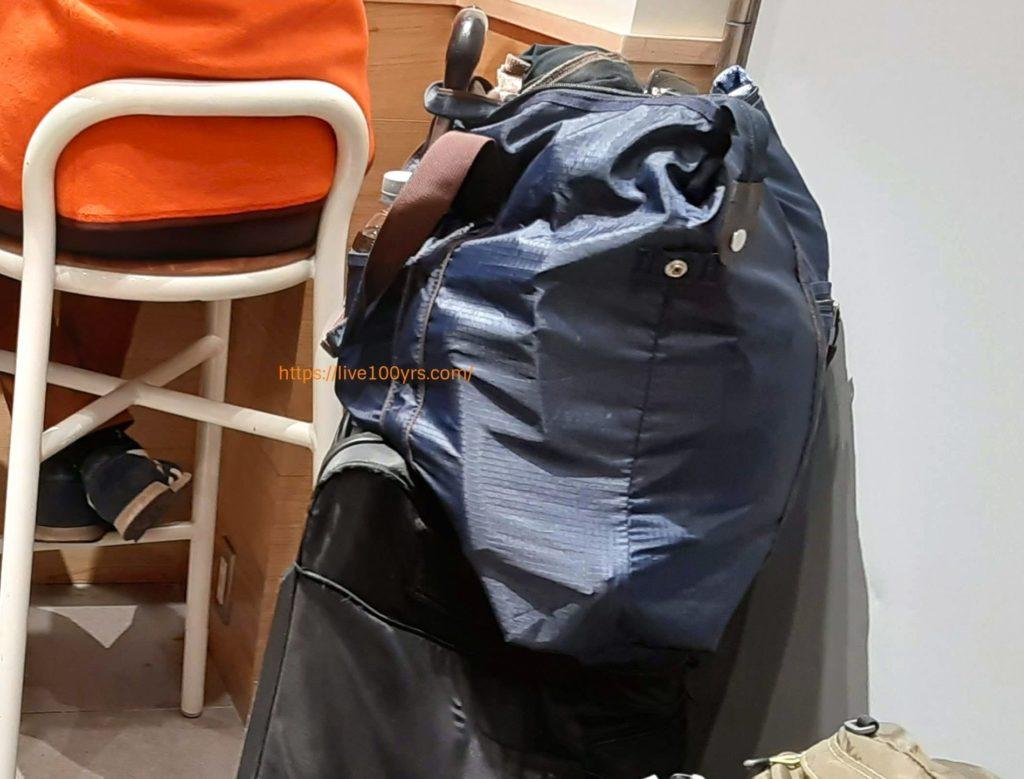 umbroボストンキャリーバッグの取っ手にバッグをかけています