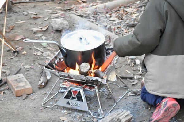 清水公園キャンプ場のバンガローで焚き火