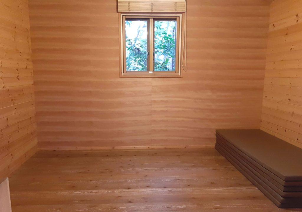 清水公園キャンプ場のバンガローの室内