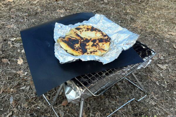 炭の上で無印良品のナンを焼いた状態です