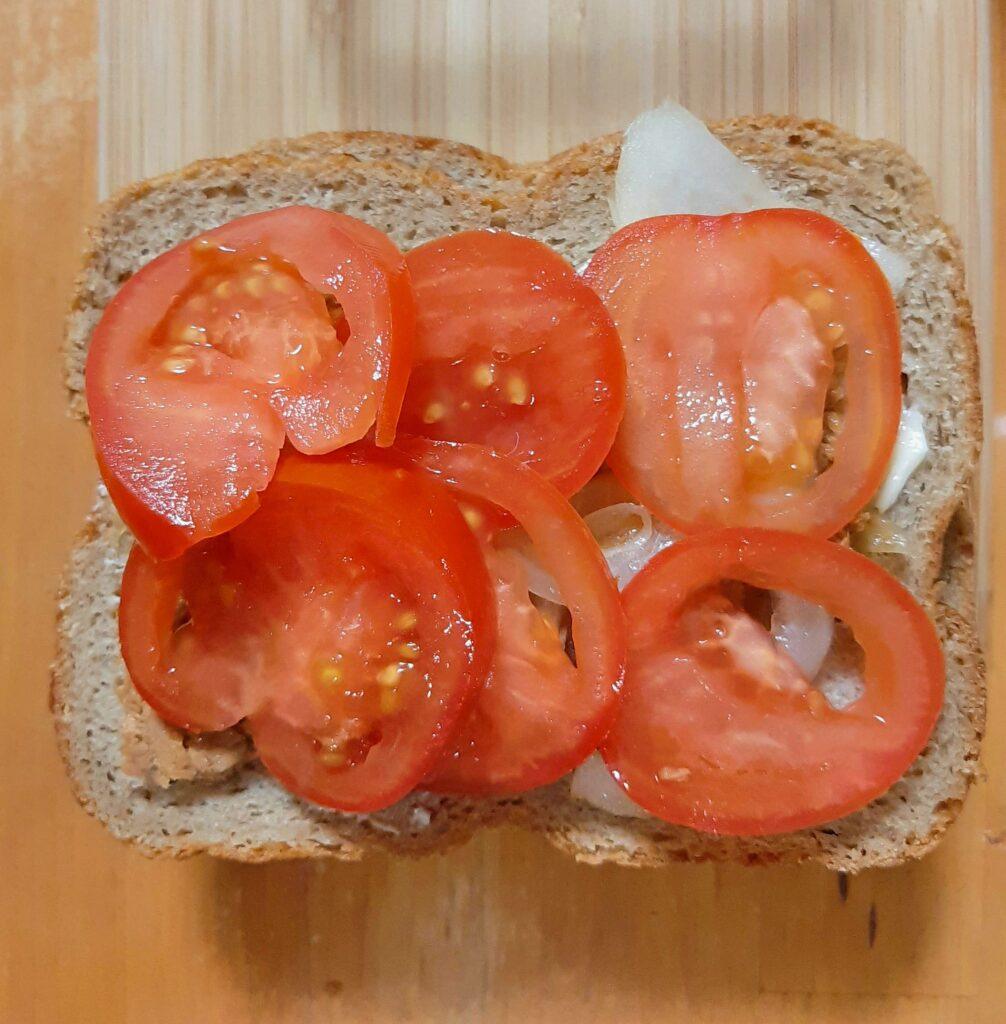 いなば食品ツナトッピングトマト&バジルで作るホットサンドにトマトをのせます