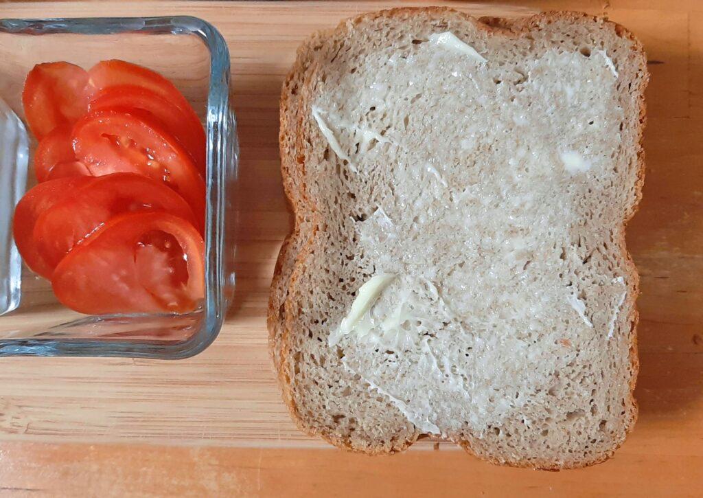 いなば食品ツナトッピングトマト&バジルで作るホットサンドのパンにバターを塗ります