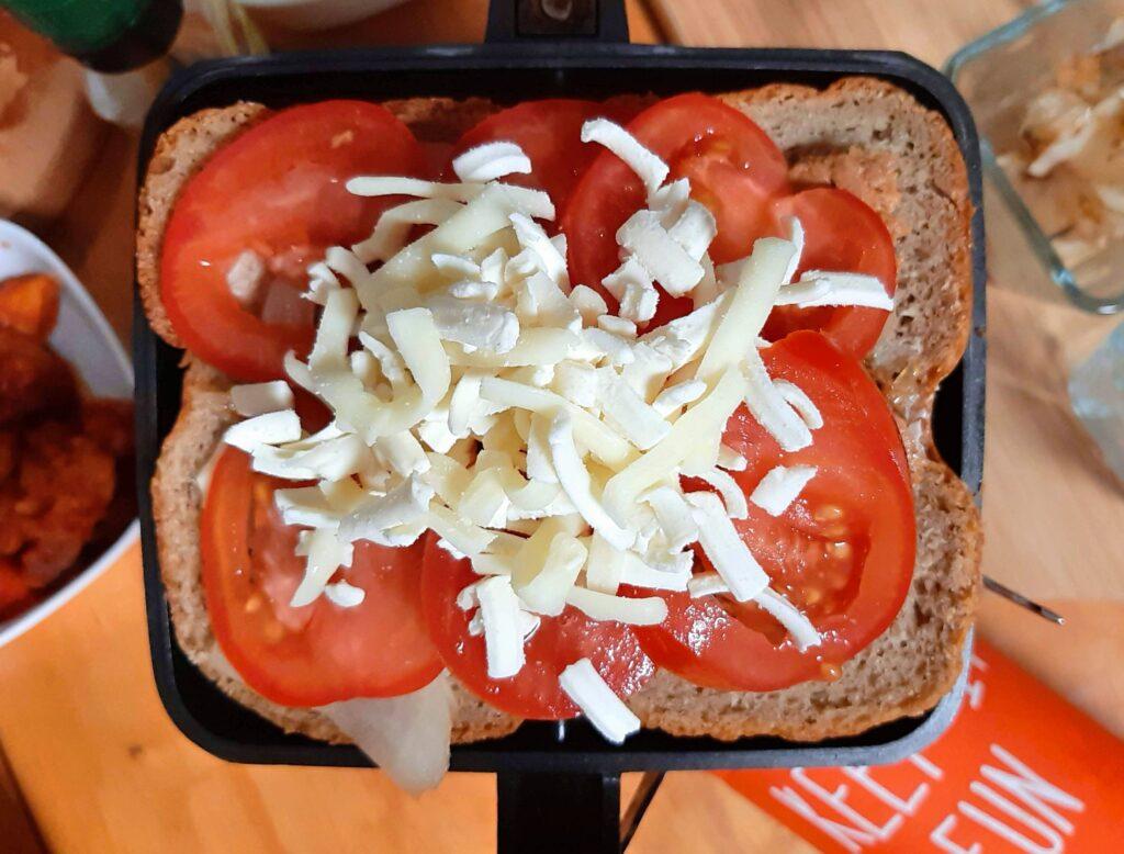 ツナトッピングトマト&バジルで作るホットサンドにチーズをのせました