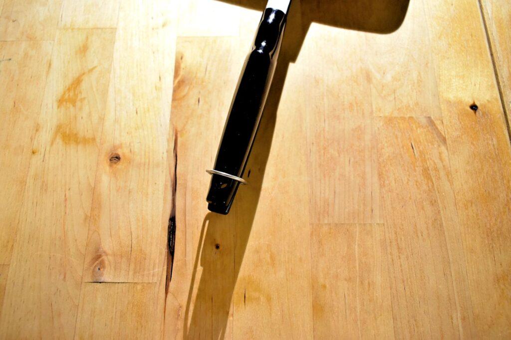 ホットサンドメーカーバウルーの持ち手をとめるクリップがあります。