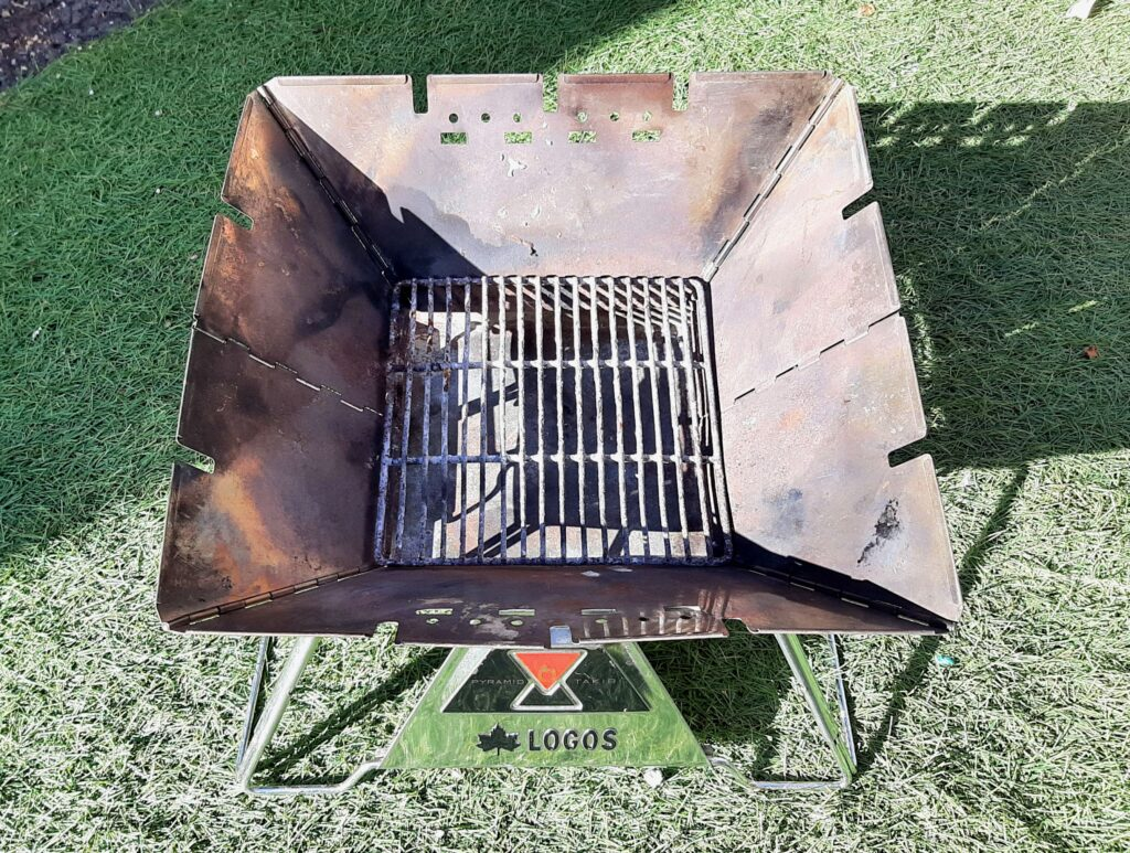 ロゴスの焚き火台Mの組み立て方を紹介、ロストルを置きます