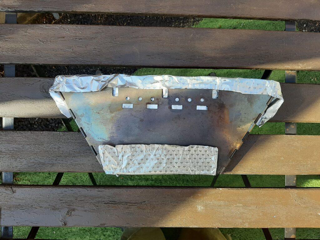 ロゴスのBBQお掃除楽ちんシートを本体に敷いて折り畳めます
