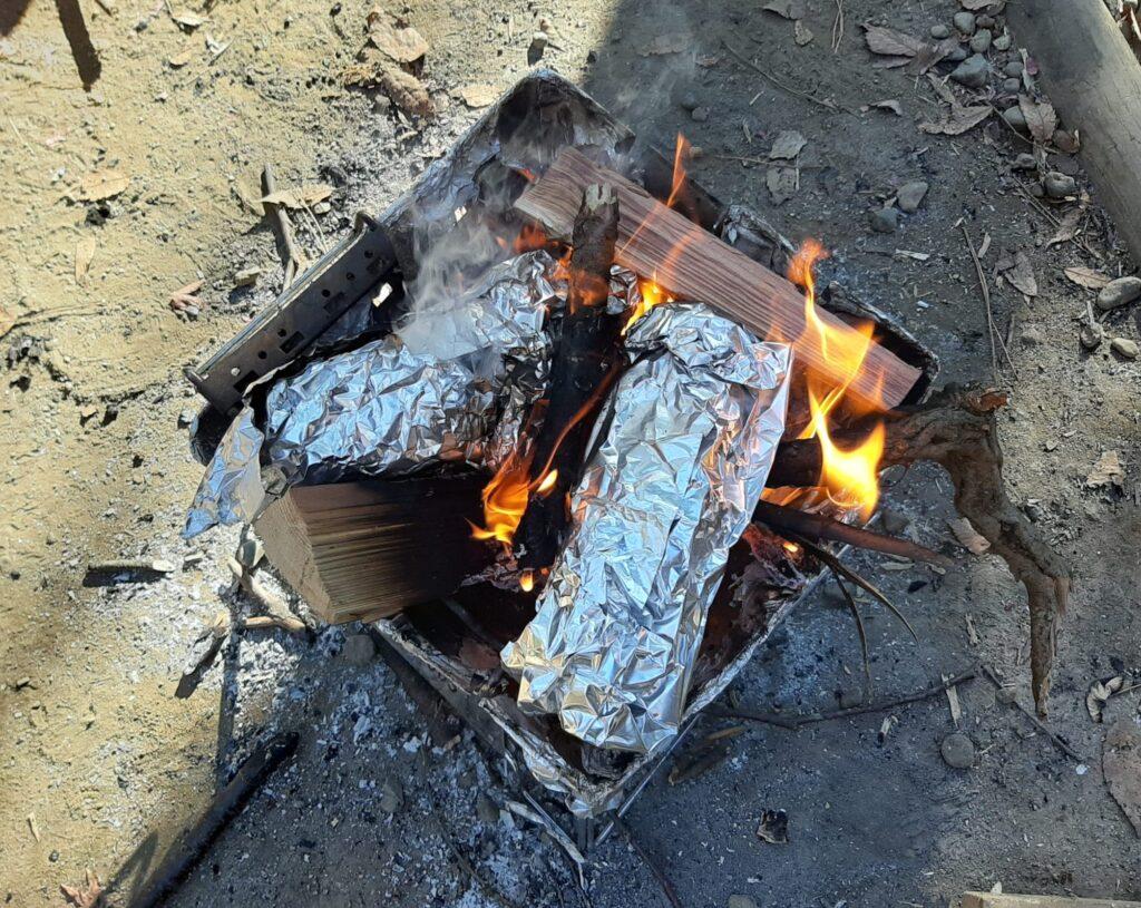 清水公園でバンガローキャンプ2日目のお昼ご飯、フランスパンを蒸し焼きに