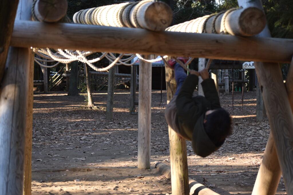 清水公園のフィールドアスレチック、冒険コースを頑張る6歳児