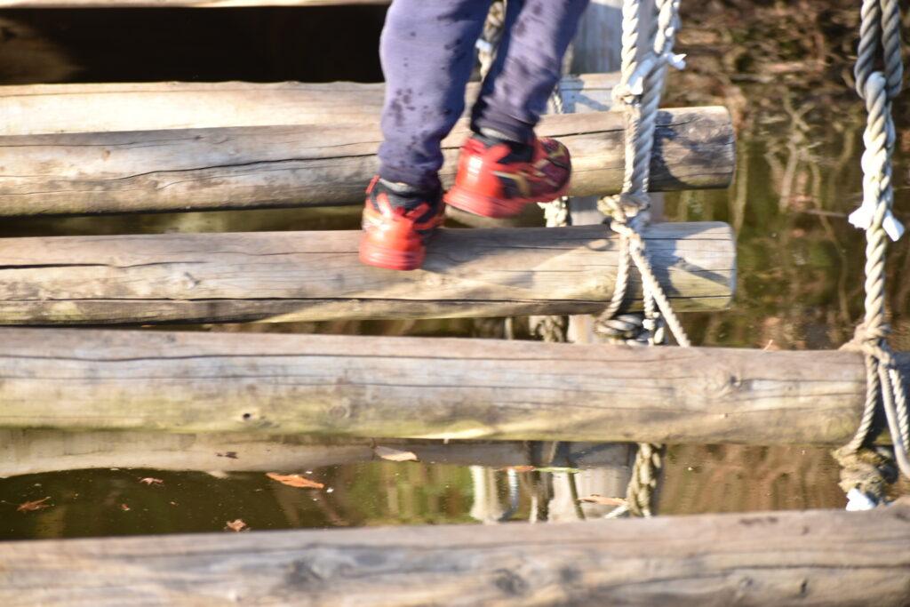 清水公園のフィールドアスレチック、水上コースで丸太わたり