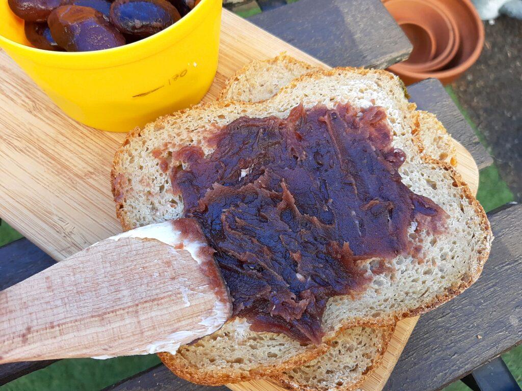 草津土産の花豆とあんこのホットサンド作り、パンにあんこを塗ります