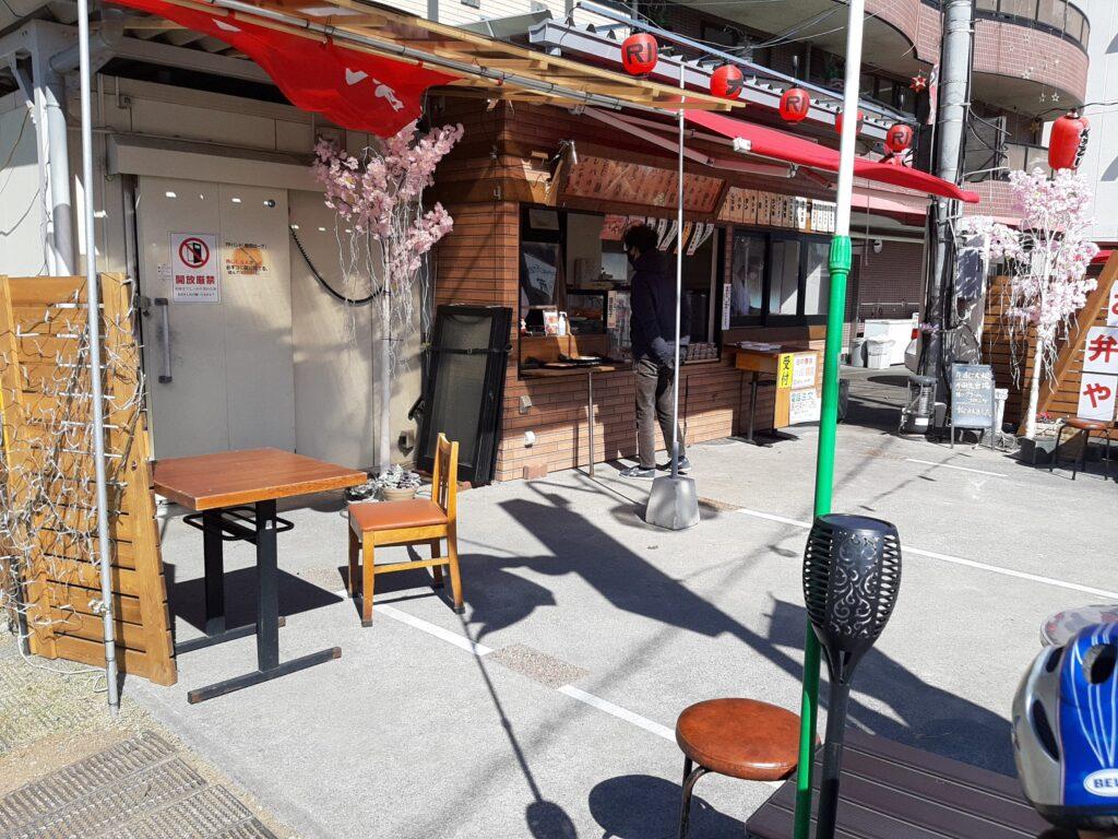 酒造力のテイクアウト専門店にはイスとテーブルもありました