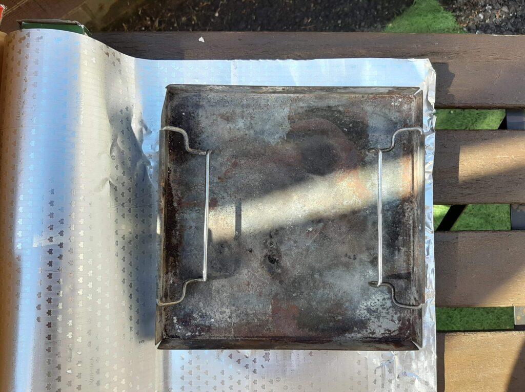 BQお掃除楽ちんシートをロゴスの焚き火台Mの灰受け皿のサイズに合わせます