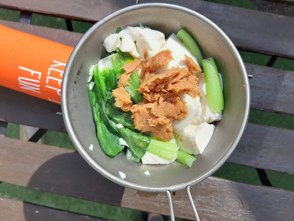 いなば食品のツナトッピングにんにく醤油と豆腐小松菜完成
