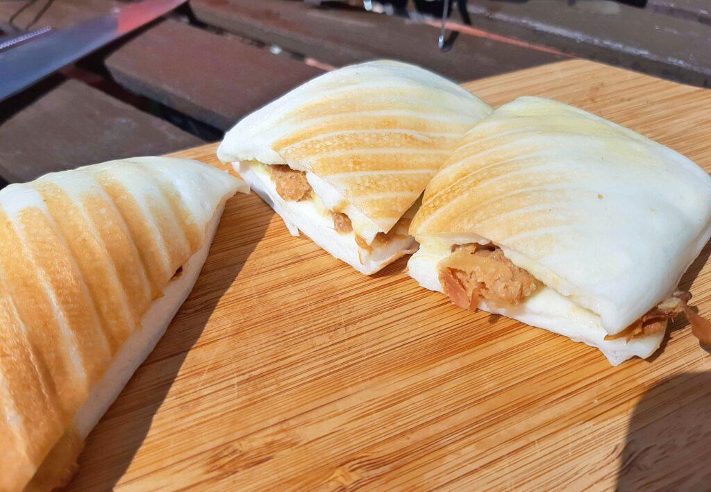 いなば食品ツナトッピングおかか醤油味ごま和えとチーズのはんぺんサンドの断面です