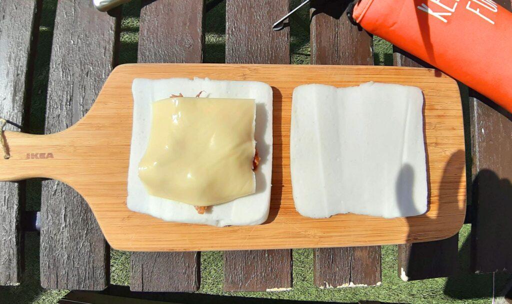 いなば食品ツナトッピングおかか醤油味ごま和えのチーズはんぺんホットサンドレシピで2等分したはんぺんにチーズをのせます-
