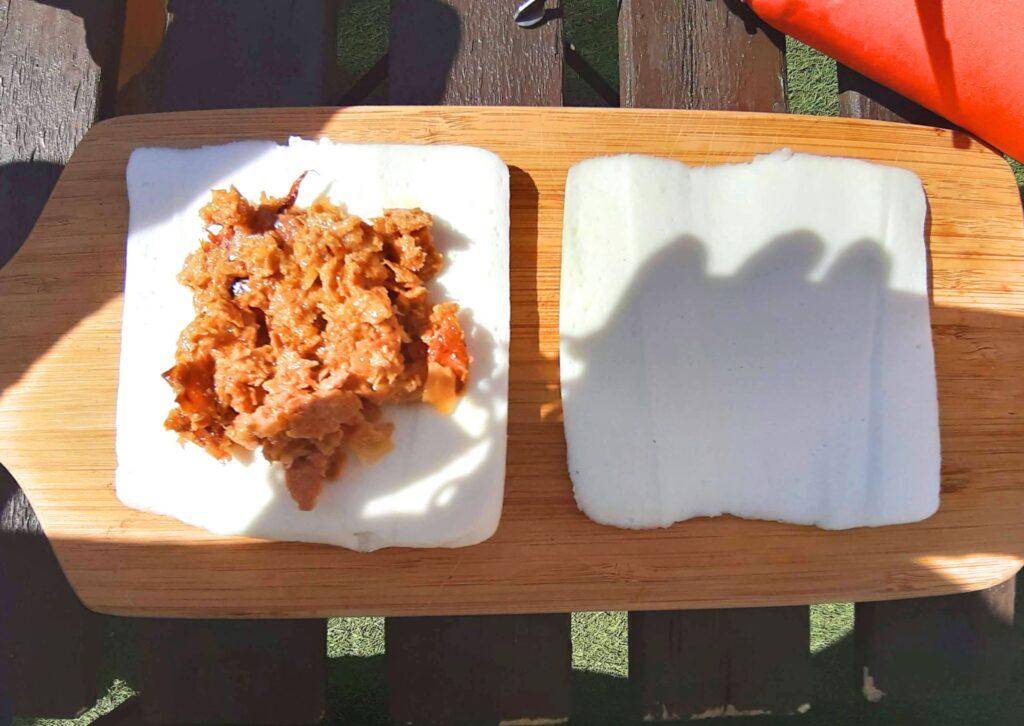 いなば食品ツナトッピングおかか醤油味ごま和えのチーズはんぺんホットサンドレシピで2等分したはんぺんにツナをのせます