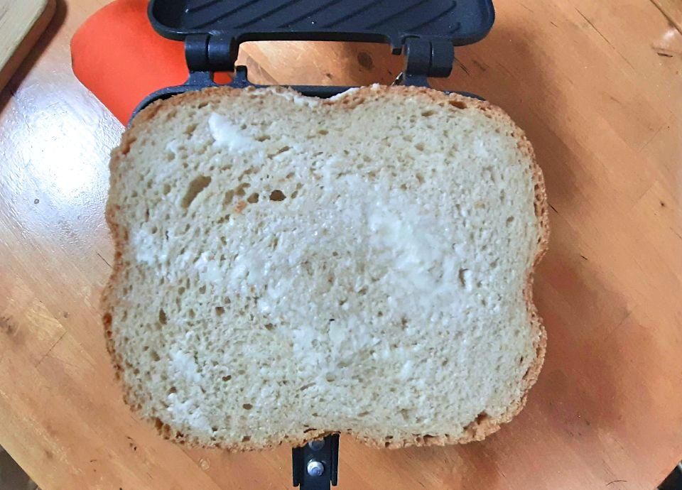 にんにく醤油ツナと厚焼きたまごのホットサンドの作り方、パンをホットサンドメーカーにのせます