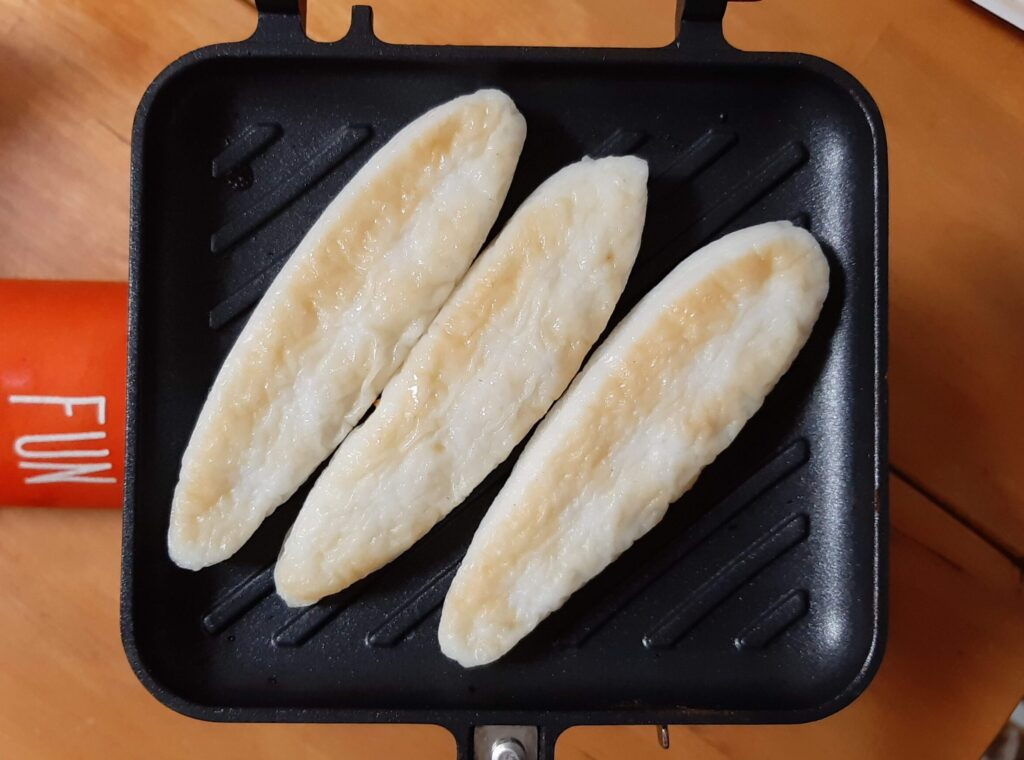 笹かまぼことツナトッピングのレシピで笹かまぼこを焼きます
